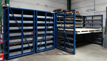 Saving on loading area thanks to the retractable drawers and rotating doors