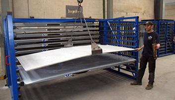 Handeling metalen platen met laadbrug